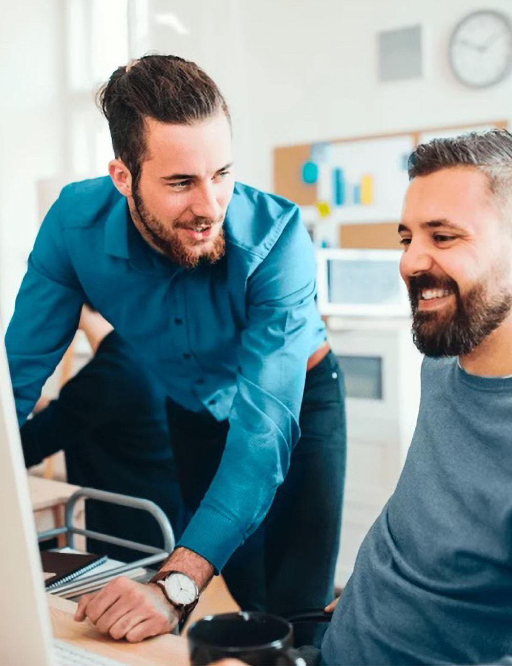 Kollege zeigt neue HR Software