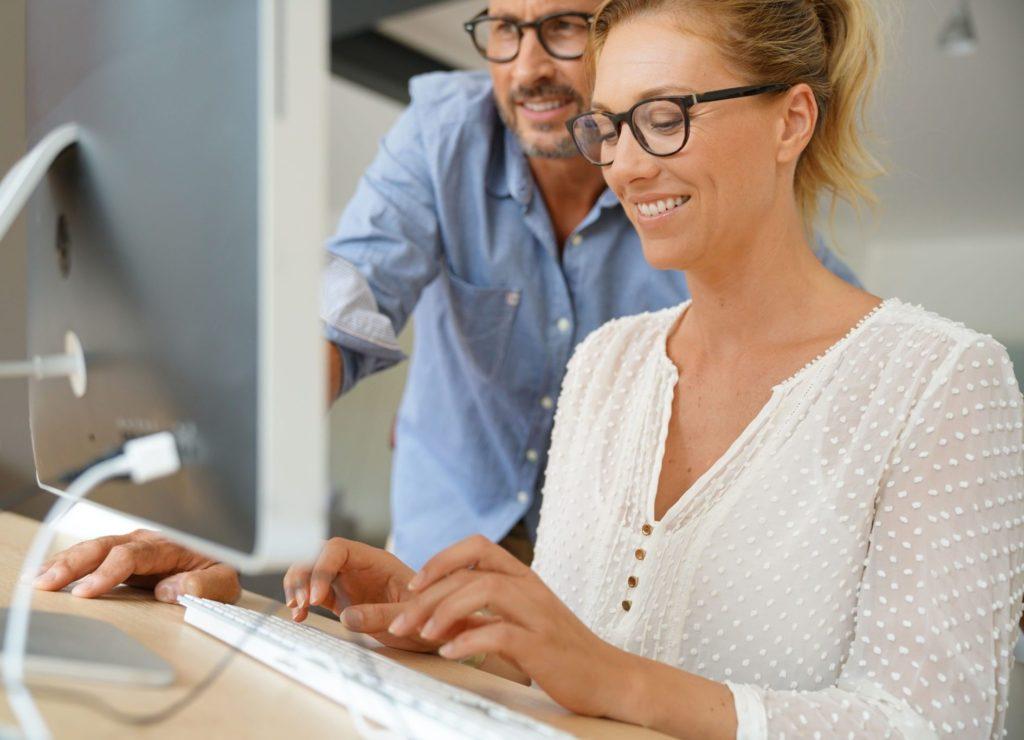 Mitarbeiter erklärt die Erstellung von Arbeitsverträgen online