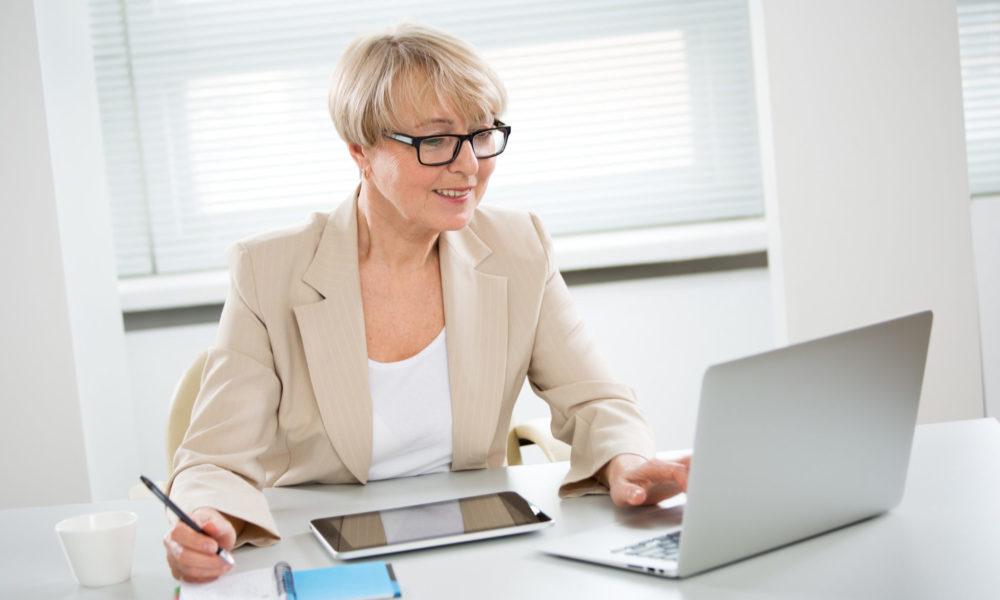 Frau arbeitet am Desktop mit HR Software