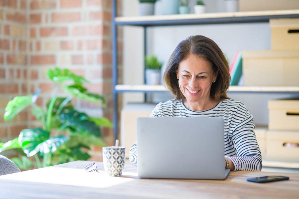 Frau arbeitet mit dem Arbeitszeugnis Generator von zuhause