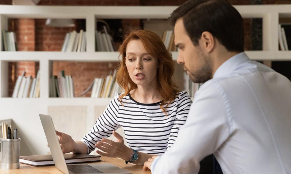 Zwei HR Kollegen stimmen sich am Laptop ab