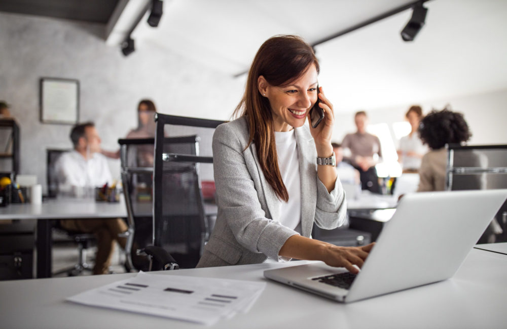 Frau organisert ihr Bewerbermanagement am Laptop