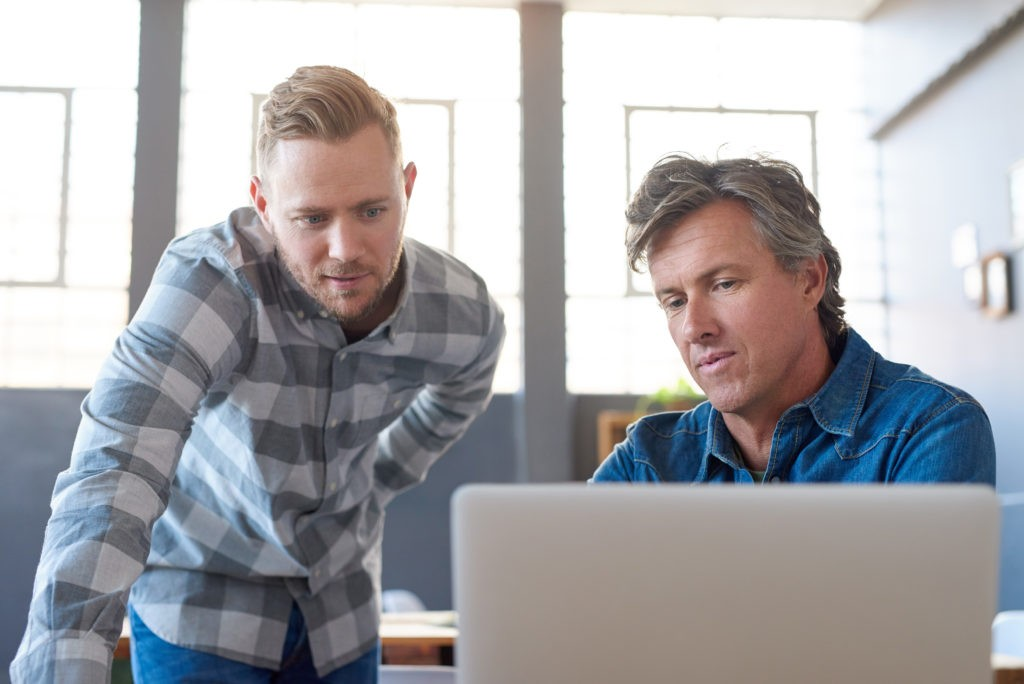 Zwei Kollegen besprechen Datensicherheit