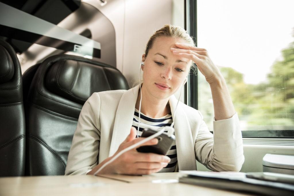 Frau informiert sich mit dem Smartphone über die Diäten in Österreich