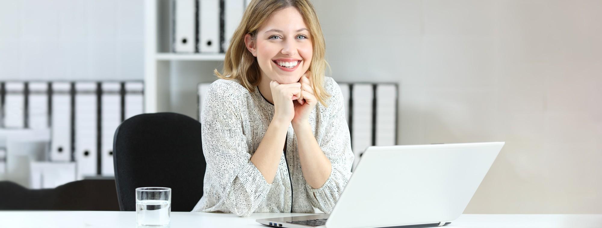 Frau vor Laptop bei digitaliserter Arbeit