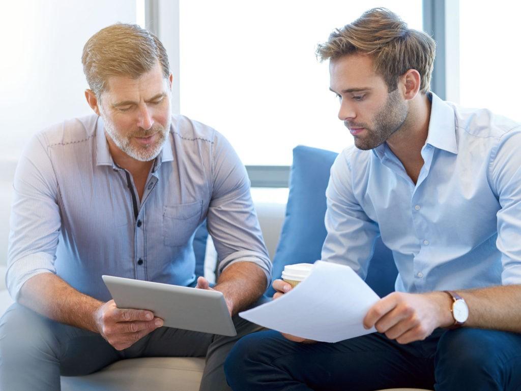 Zwei Kollegen diskutieren über HR Reportings