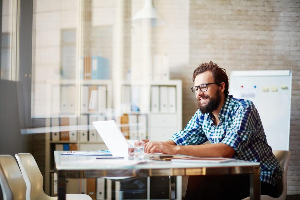 Mann erhält am Laptop Einführung in HR Software