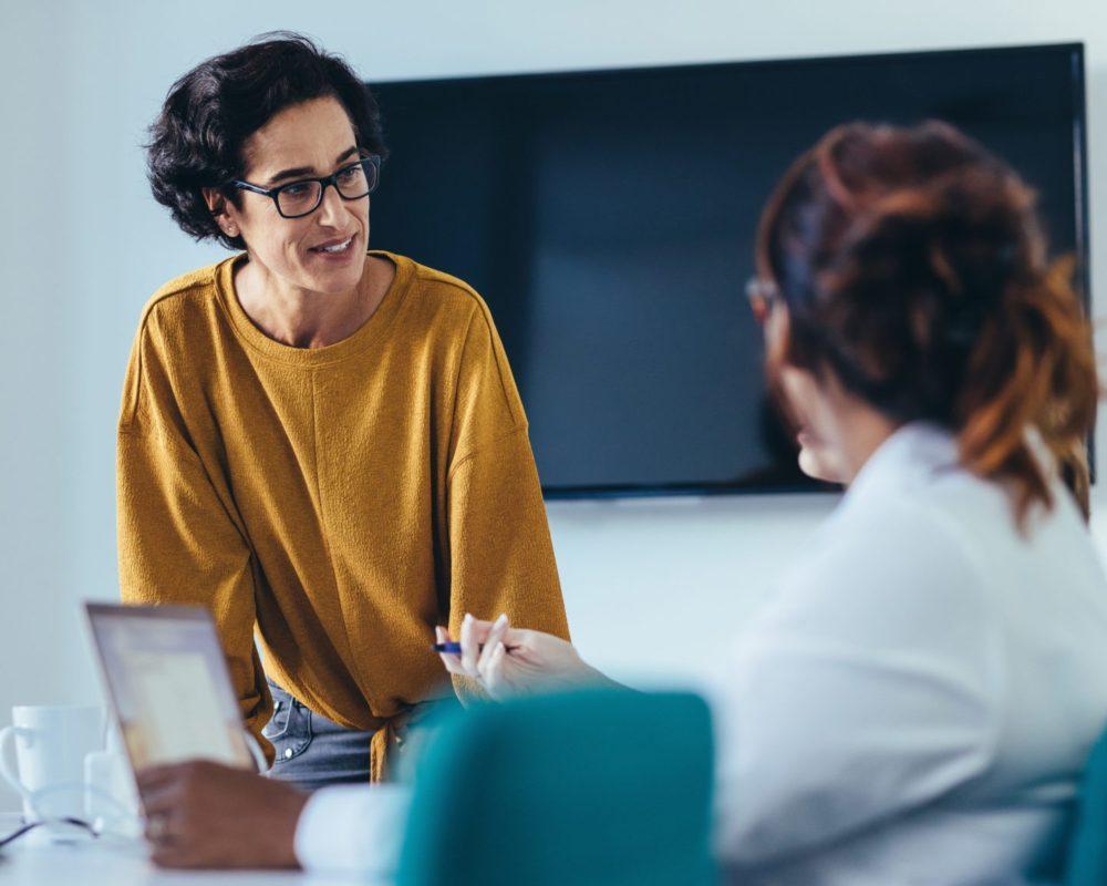Kolleginnen sprechen über HR Tools