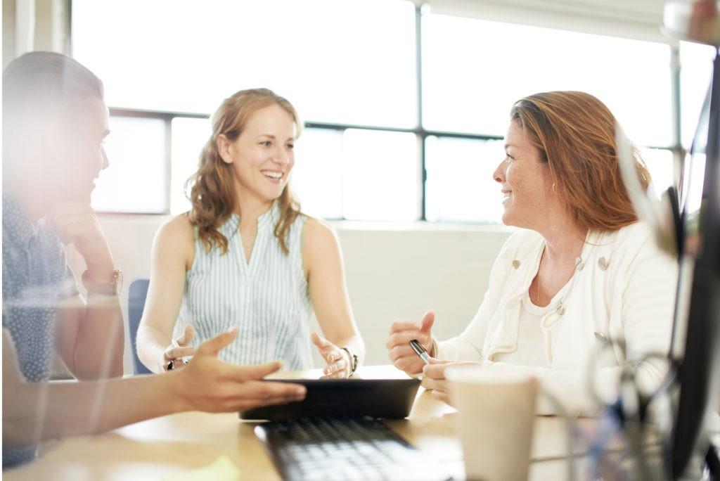 Team der Personalabteilung spricht über HR Tools