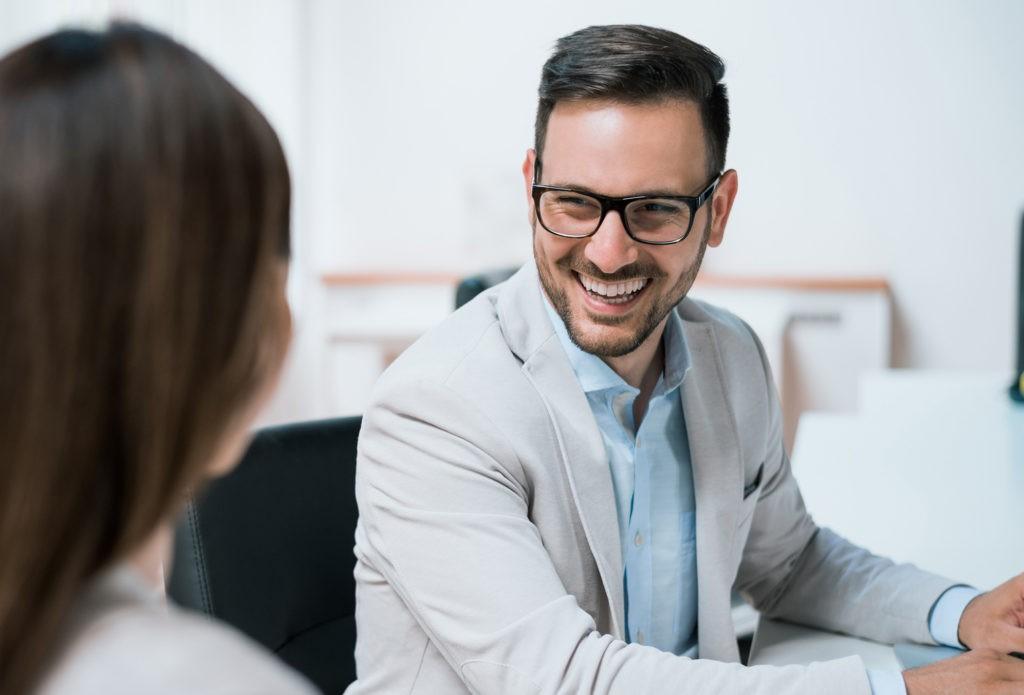 Mann freut sich über die Einführung von HRworks
