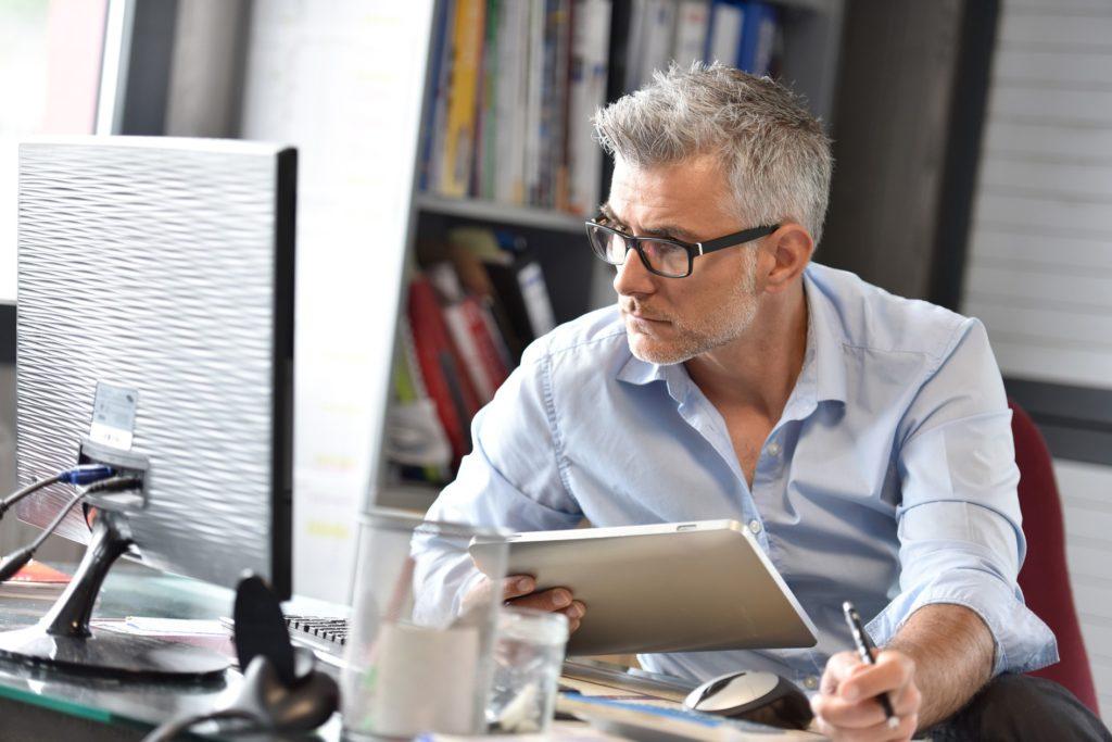 Mann startet mit den Personalmanagement Basisfunktionen von HRworks am Desktop