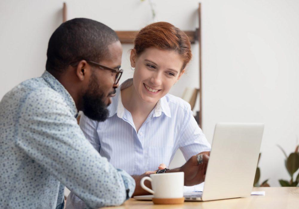 Kollegen schauen sich Personalmanagement Basisfunktionen in HRworks gemeinsam an