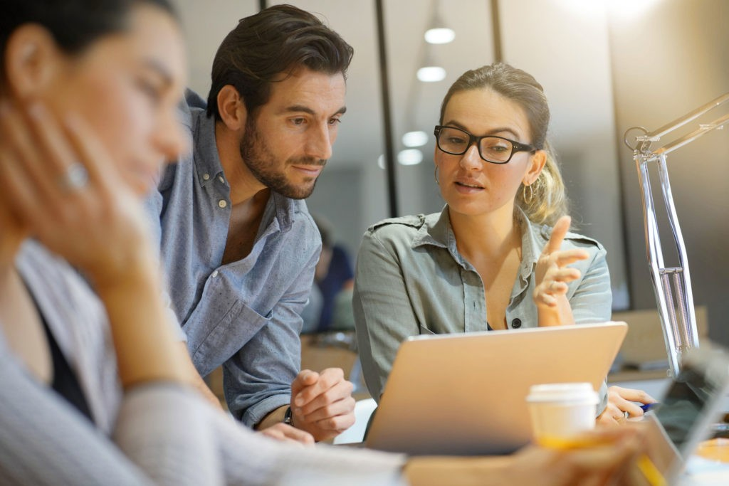 HR Kollegen sehen sich ein Tool für die Personalverwaltung an
