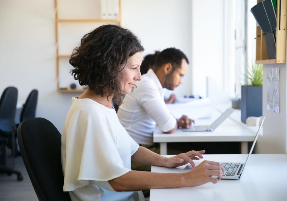 Frau prüft digitale Personalakte am Laptop in der Personalverwaltung