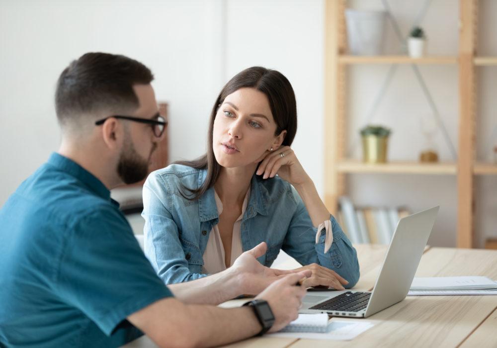 Frau bespricht Arbeitszeugnis mit Mitarbeiter in der Personalverwaltung