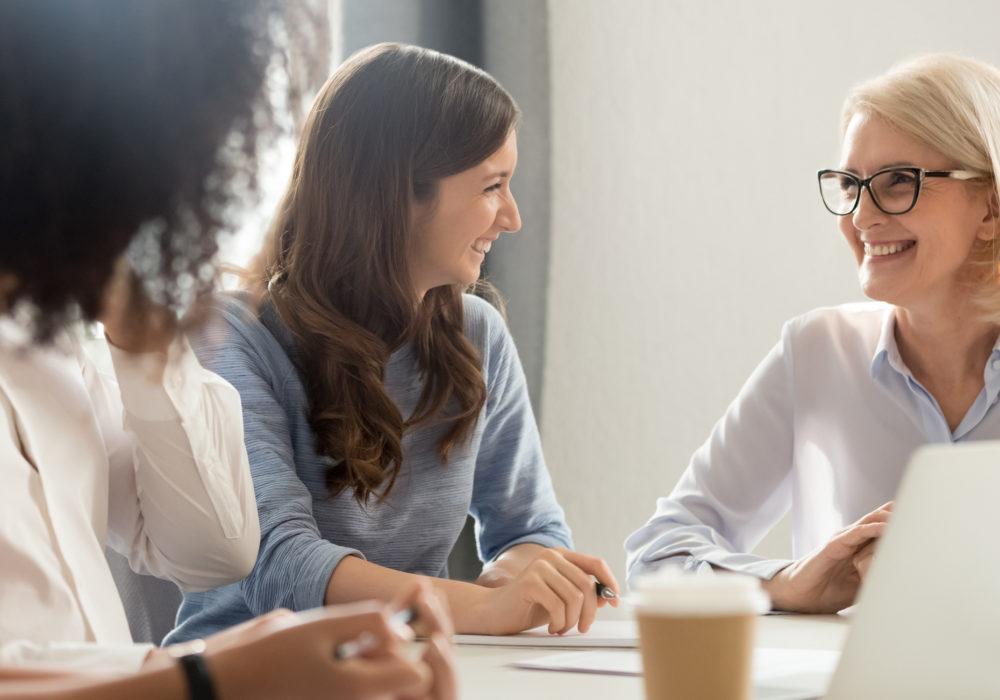 Teamleitung führt Bewerbungsgespräch in der Personalverwaltung