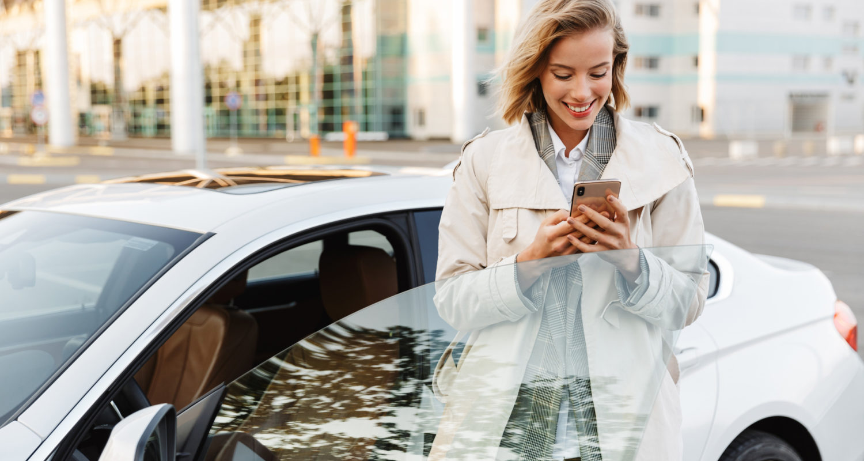 Frau erfasst ihre Reisekosten mit dem Handy online