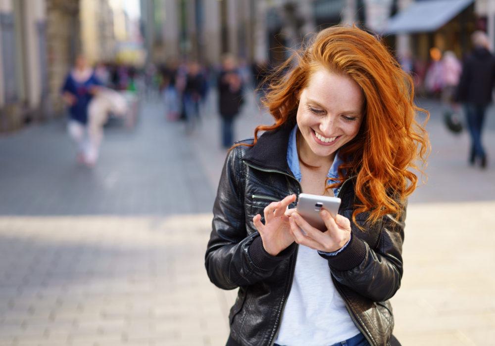 Frau organisiert ihre Zeitwirtschaft online